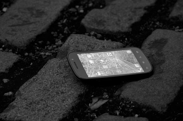 Smartphone com a tela quebrada ( Imagem do Flickr  -  Charles Harley )